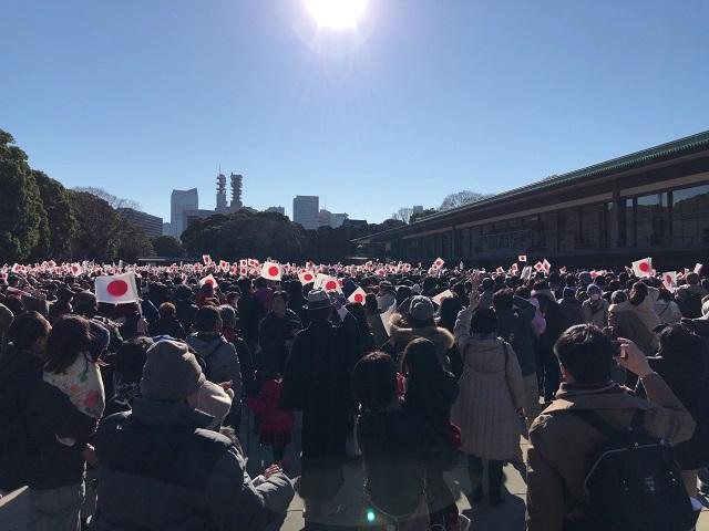 新年一般参賀で長和殿前で国旗を振る人々たち
