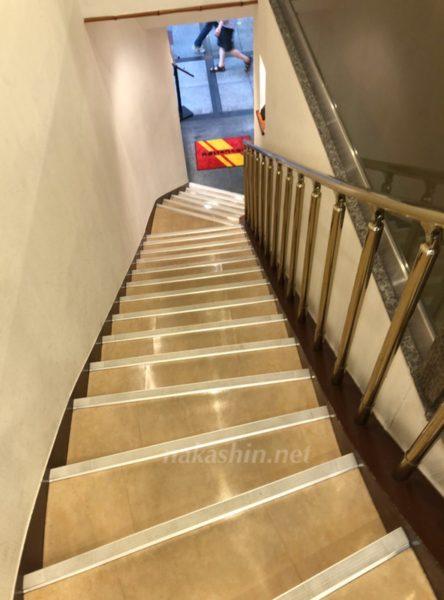 なんばの蓬莱本館の階段を下る