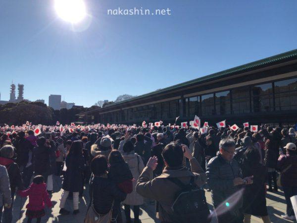 新年一般参賀で長和殿前で国旗を振る人々