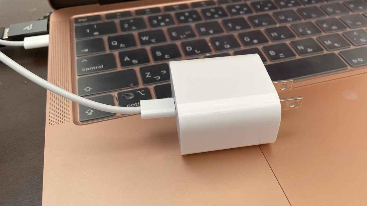 ノマドワーカーはMacBook Pro/Airの充電はiPhoneの充電アダプタで