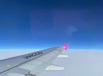 真っ青な空と飛行機の翼