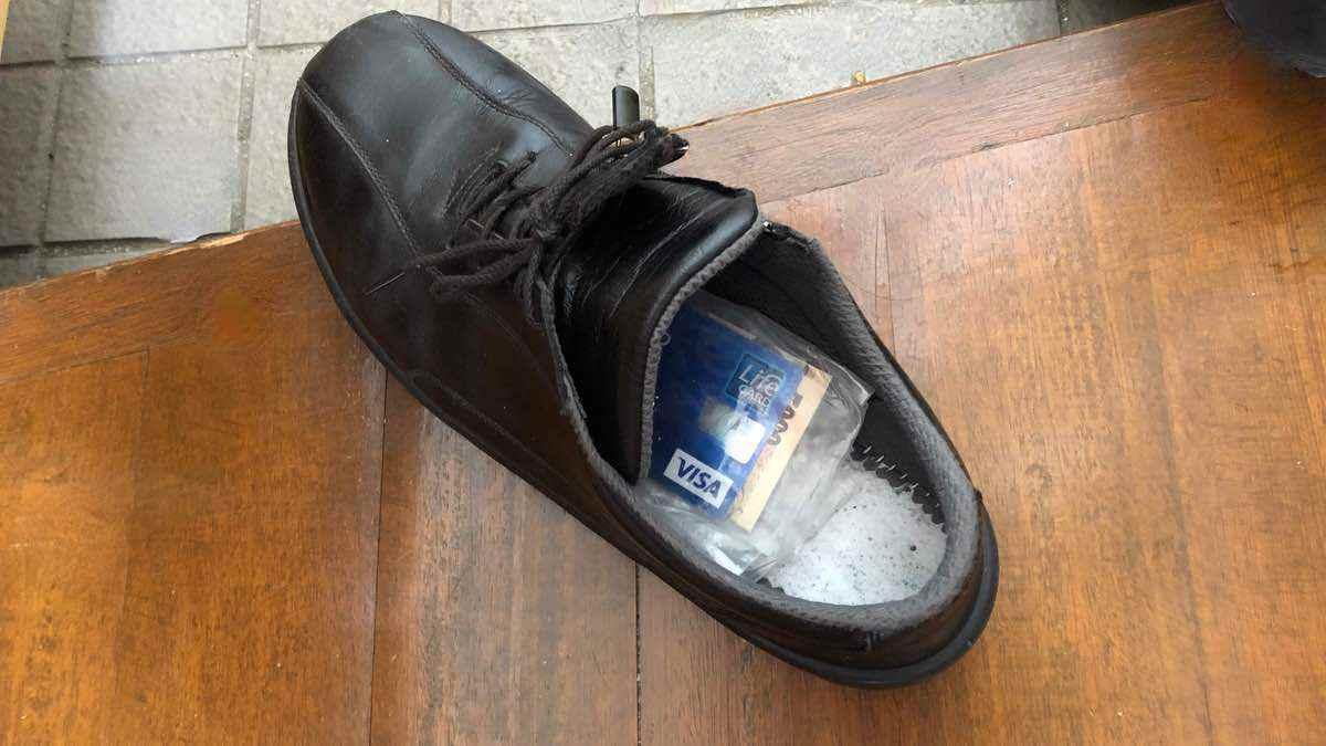 【失敗談】手ぶらで外出のためにクレジットカードとお札を靴に忍ばせたら・・・