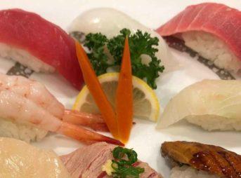 セール品の寿司パックは誰も取らない回転寿司の皿