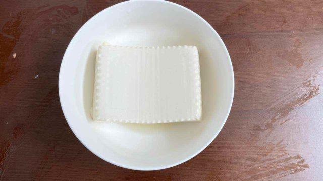 丼に豆腐を入れる