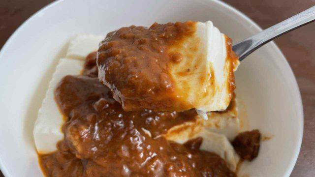 豆腐カレー丼をスプーンで食べる