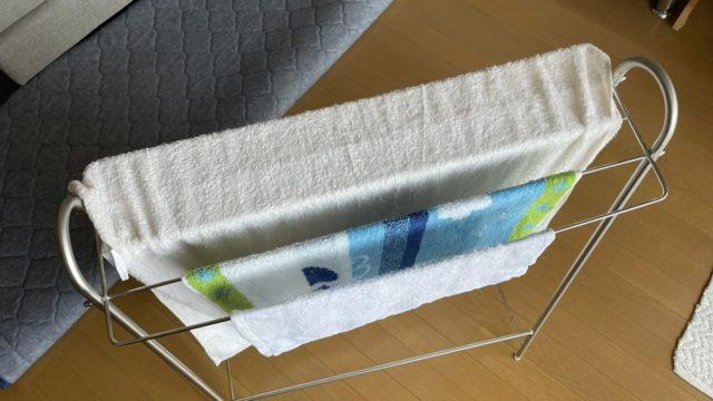 洗濯物のタオルを干してる